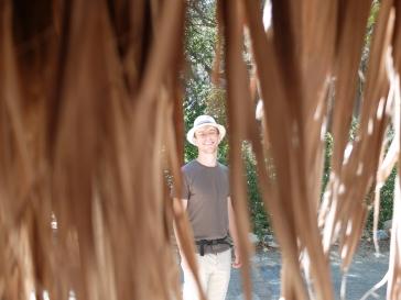 Cachée sous le palmier...