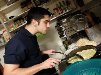 Un assistant cuisinier bien attentif
