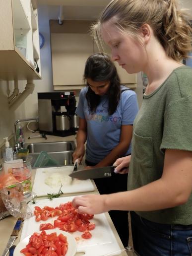 Les petites mains travailleuses, qui ont découpé des tonnes de pommes de terre, de tomates et d'oignons