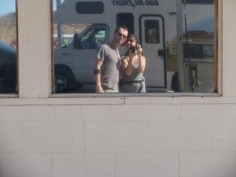Selfie romantique à la station essence.