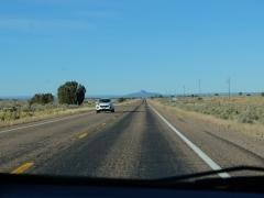 Et toujours ces routes infinies : Grand Canyon se trouve au niveau de la montagne au fond.