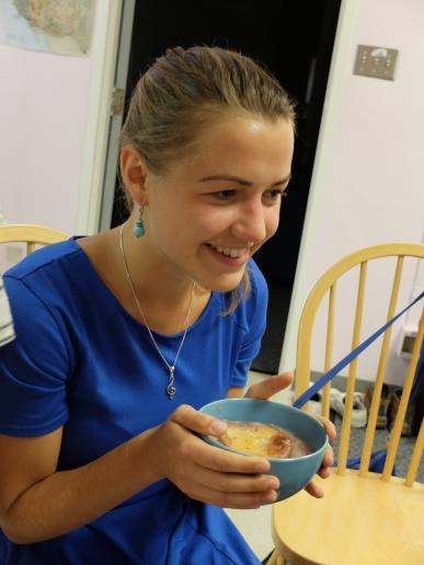 """Grete qui n'a pas lâché son bol, même pour manger sa soupe """"non, mais je suis bien comme ça, ça me rappelle l'hiver"""""""