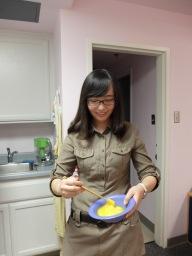Ting nous montre comment battre les oeufs avec une paire de baguettes.