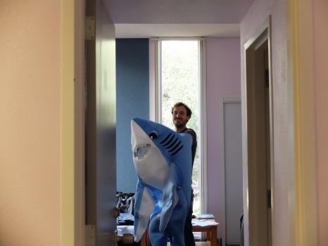 Martin fait des essayages avec son costume pour Halloween.