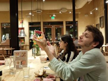 Louis en extase devant le saucisson.