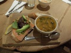 """Soupe de haricots blanc et tartines de saumon et caviar de Californie (entendez """"avocat"""" !)"""