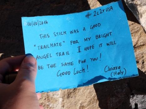 Petit message découvert sous une pierre.