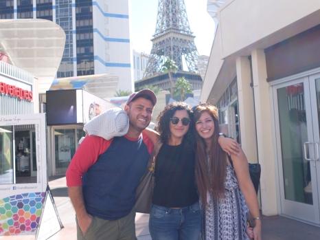 """Marino, Sabrina et Angela en face de la """"Tour Eiffel"""""""
