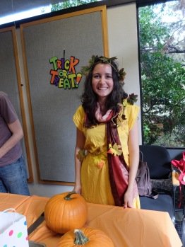 Lucia, déguisée en Automne. Très mignonne !