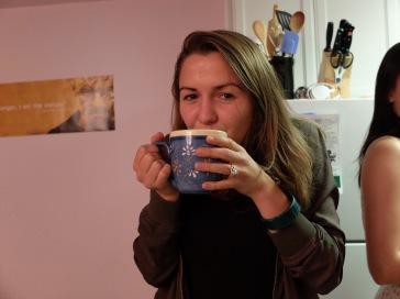 Grete se cache derrière son mug.
