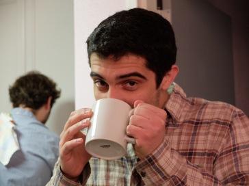 Joaquin se cache derrière son mug.