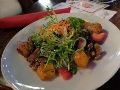 Les salades : mon nouveau plat préféré depuis que je suis en Californie. Ici avec de la courge Butternut, du fromage de chèbre, des figues, des fruits rouges et des noix caramélisées. Délicieux !