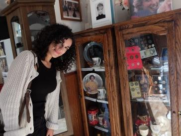 Sabrina pose devant la décoration super-kitsch de la maison anglaise
