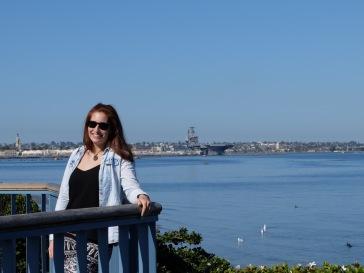 Angela pose devant le chantier naval