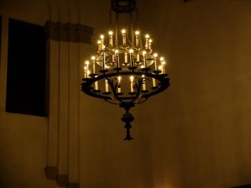 Le seul chandelier allumé ce soir-là