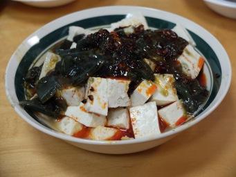 L'espèce de chose gluante verte, eh bien, c'est de l'oeuf ! En dessous, c'est du tofu.