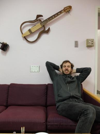 Outre l'incroyable expression faciale de Martin, vous pouvez aussi admirer la décoration du salon de Ting