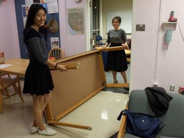 Nous avions décidé de déplacer la table de ma salle de classe, trop large pour l'encadrement de la porte : il a fallu ruser !
