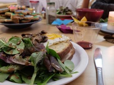 Avec de la salade et des champignons