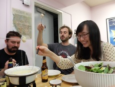 La fondue, une activité culinaire ludique.