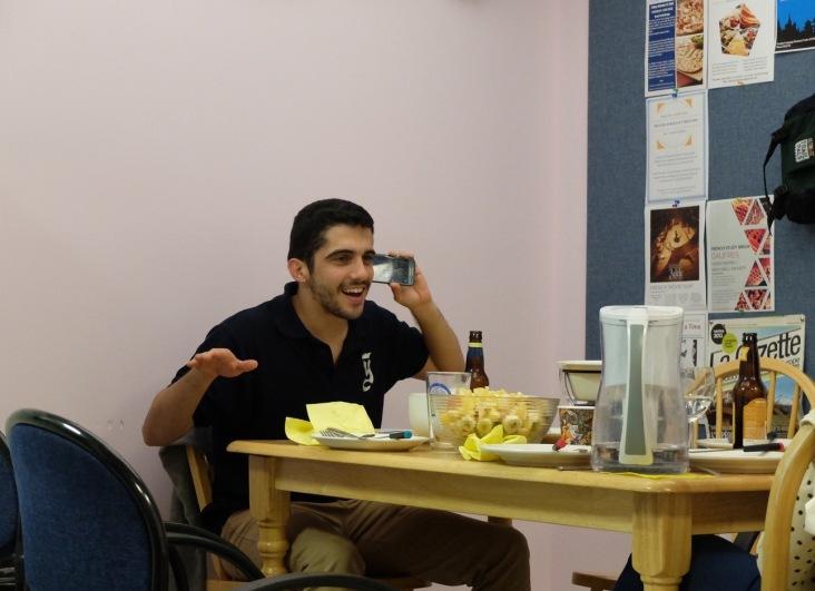 Joaquin s'amuse seul en attendant le dessert