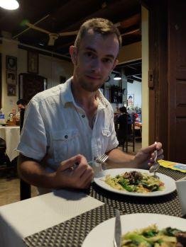 Petit dîner à Luang Prabang avec nouilles sautées aux légumes et au boeuf.