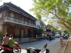 J'étais en admiration devant l'architecture des maisons : le bois, les grandes fenêtres à petits carreaux, le balcon,...le rêve !