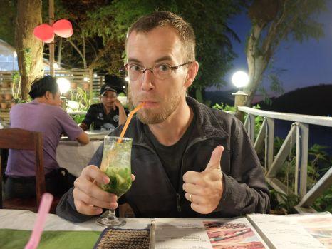 Jérémy, heureux d'avoir (enfin) un vrai mojito et pas un cocktail à base de sirop de menthe