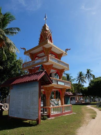 Le seul complexe religieux de l'île, paisible.