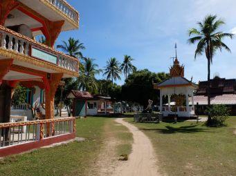 Le seul complexe religieux de l'île, tranquille.