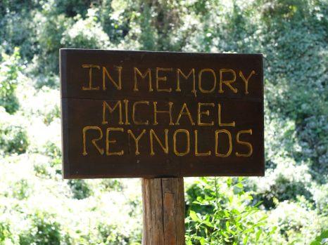 Le pont Michael Reynolds, homme mystérieux : je n'ai pas trouvé qui il était.