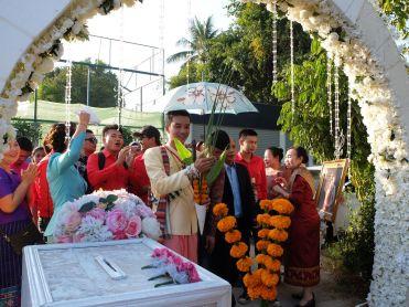 Le marié et son entourage attendent à l'entrée de la maison...
