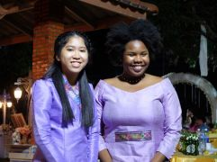 Sakura, la fille de ma tante Mone, pose avec une américaine qui fait le même travail que moi, mais à Vientiane et en anglais ! Purple power !