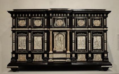 Un cabinet attribué à Jacobus Fiamengo (v. 1600) à Naples. J'ai été surtout attirée par les matériaux exotiques (ébène, ivoire) qui forment un contraste noir et blanc qu'on ne voit pas souvent... Les illustrations sont inspirées de la Rome antique.