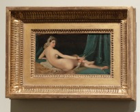 """Jean-Auguste Dominique Ingres, """"Odalisque"""", 1815 : minuscule comparée à celle du Louvre, cette """"Odalisque"""" fait partie d'une collection de quatre variations miniatures ! Etonnant pour un tableau pourtant rejeté par la critique lors de sa première présentation au public, non ?"""