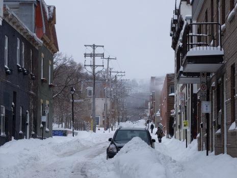 Une rue enneigée.