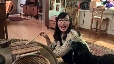 Ting se découvre des talents de musicienne, apparemment appréciés par le chien.