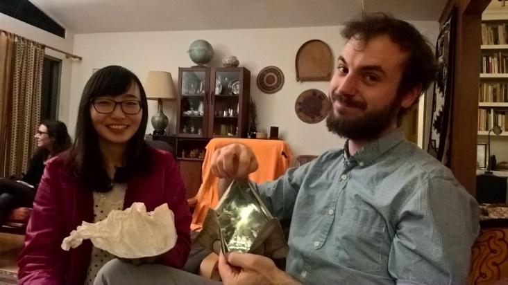 """""""La particularité du thé chinois, c'est qu'il est invisible !"""" En réalité, Ting le tient entre ses mains dans le paquet blanc. Le thé se présente sous la forme d'une sorte de pâte noirâtre."""