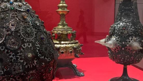 Dans l'aéroport de Philadelphie, on trouve une exposition d'un artiste laotien, Chanthaphone Rajavong qui crée des sculptures à partir d'équipements électroniques. On multiplie les clins d'oeil un peu partout...