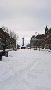 La colonne Nelson sur la place Jacques-Cartier, vue de loin...