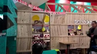 Derrière les panneaux se cachent deux autres petits espaces pour la lecture, les jeux de société et les jeux vidéos.