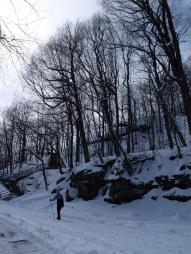 Après l'enthousiasme pour la neige sur les arbres, l'émerveillement pour la neige sur les rochers.