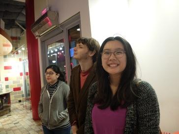 Emily, toujours tout sourire, et un Louis au second plan qui n'arrive pas vraiment à se décider.