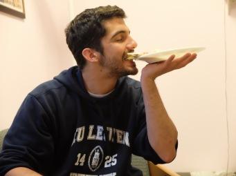 ...en ramenant l'assiette à sa bouche, pour ne pas semer la garniture un peu partout.