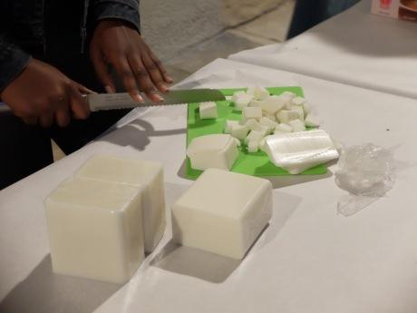 Découpage du beurre de karité.