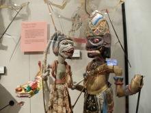 Marionnettes soundanaises : à gauche, un singe et à droite, un géant aux grandes oreilles.