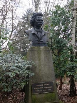 Une sculpture du compositeur Grieg par un artiste nommé Finn Haakon Frolich (si j'ai bien lu la plaque).