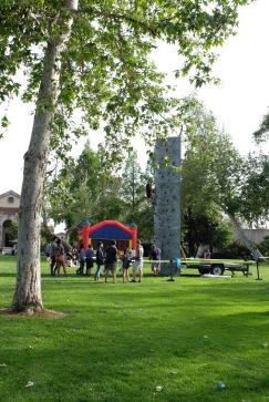 Mur d'escalade, trampolines, élastiques, château gonflable : une vraie kermesse vous dis-je !