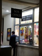 Au box office du Seaver Theatre : j'adore l'affiche de la pièce !