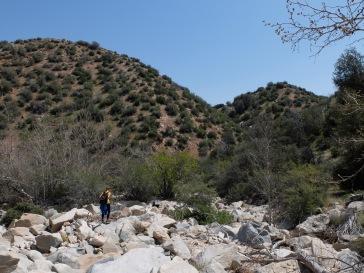 Suivre la rivière asséchée nous paraissait une bonne solution pour trouver les sources chaudes...
